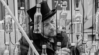 Уникальная игра на бутылках! Бутылофон Федор Григорьев. Музыка в стекле. Уличные музыканты Питера 15