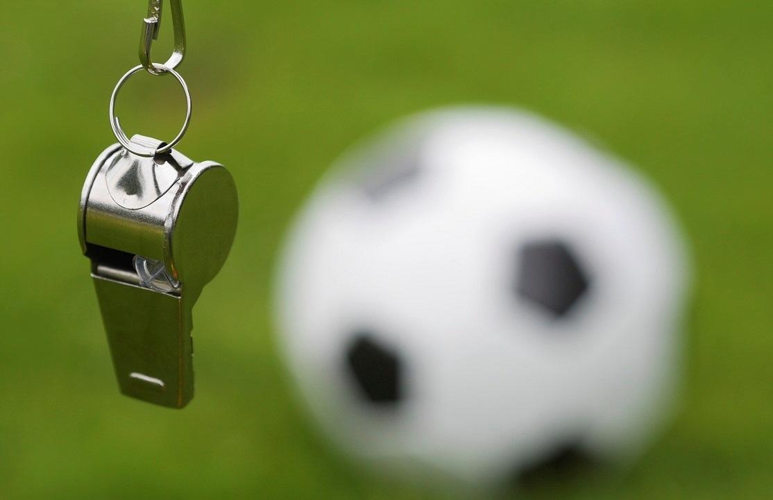 Футбольный мяч и судейский свисток