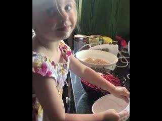 Сергей Безруков показал видео на котором его и двухлетняя дочка Маша вместе с мамой готовят пирог с красной смородиной