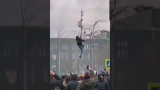 La manifestation contre les restrictions sanitaires est hors de contrôle à Eindhoven aux Pays-Bas