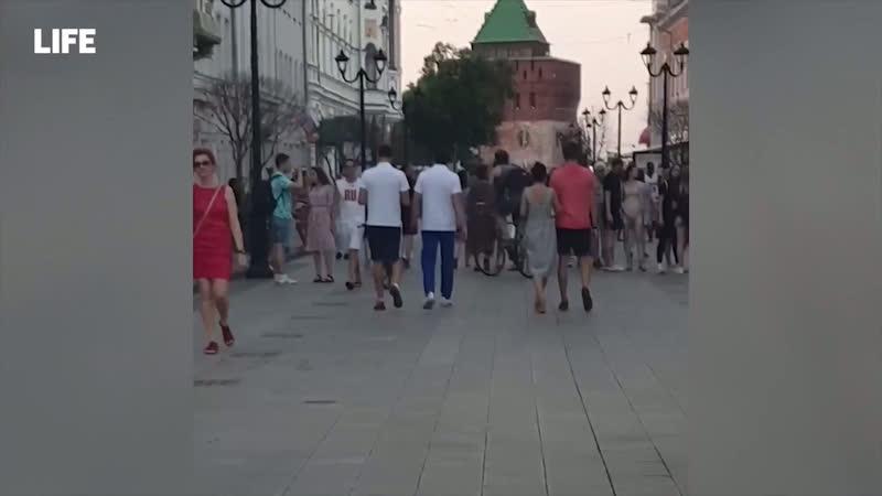 Игроки сборной России по футболу гуляют неузнанные на Покровке Типичный Нижний Новгород
