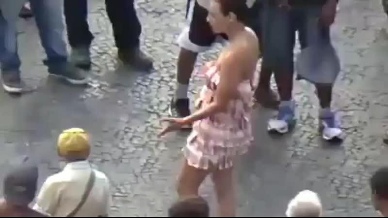 Artista usa vestido de notas de 10 reais no centro do Rio de Janeiro em crítica ao capitalismo e o esperado acontece