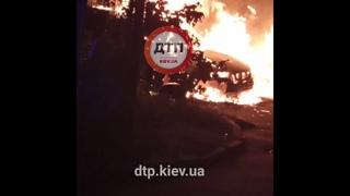 В Киеве на Троещине на Закревского, 87а: сгорело два авто. Причины возгорания установит следствие. Н