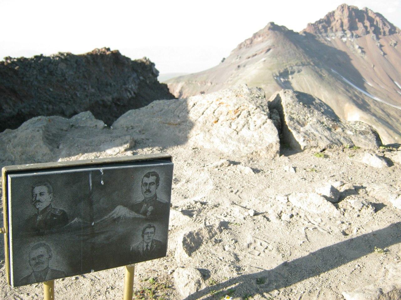 На западной вершине горы Арагац стенд с армянскими полководцами