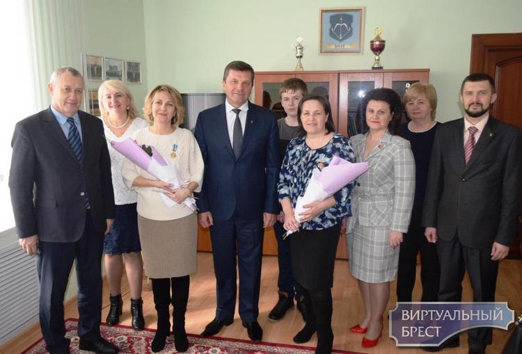 В канун женского праздника 8 марта, двух женщин в Ленинском районе г. Бреста наградили орденами Матери
