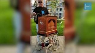 Житель Раменского заводит свою шарманку прямо во дворе