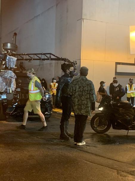 Себастьян Стэн и его мотоцикл на съёмках сериала «Сокол и Зимний солдат»