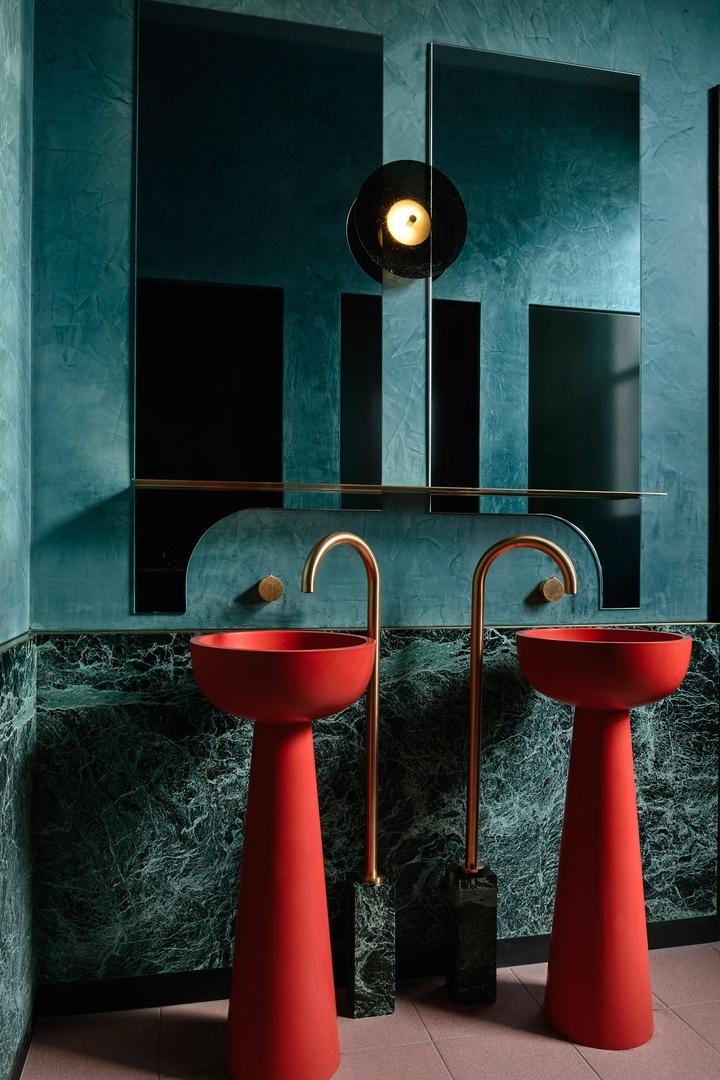 Дизайнер Венди Бергман использовала темную палитру и игру света и тени в интерьере нового бара Poodle