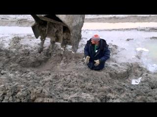 Мужик увяз в грязи  A man drowned in Russia in the mud  HD