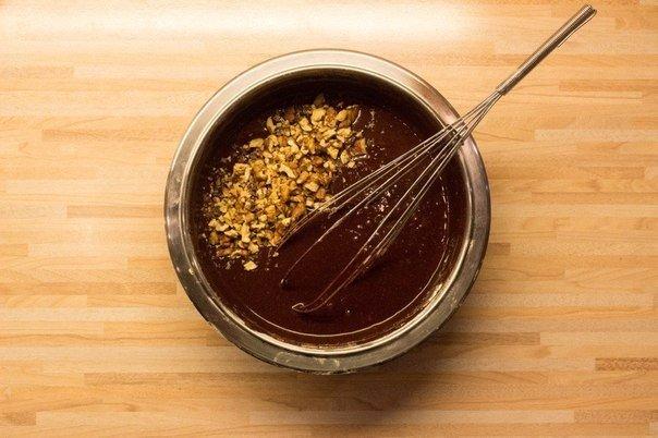 Шоколадный брауни для сладкоежек с характером Ингредиенты:Горький шоколад (55 %) 200 г Сливочное масло 170 г Сахар 200 гЯйца 4 шт.Мука 50 г Ванилин (12 пакетика)Какао-порошок 1 ст. л.Грецкие
