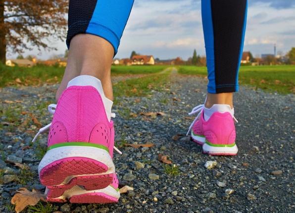 Люди с плоскостопием, которые носят неподходящую обувь, могут обнаружить, что ступни чрезмерно скручены внутрь.
