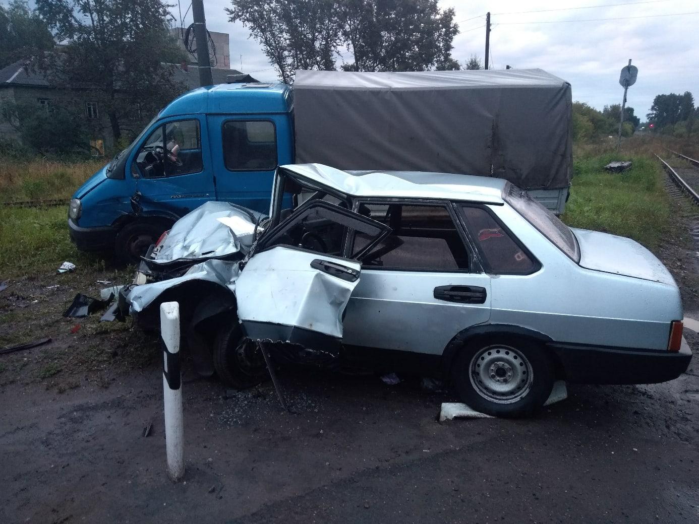 В Ярославле в Речном порту «Лада» влетела в припаркованную «Газель»