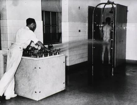 Принудительная гидротерапия в военном психиатрическом госпитале для ветеранов ВМС США в Новом Орлеане, около 1950.