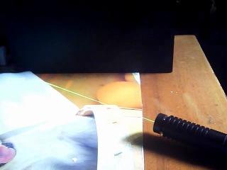 Мощный зеленый лазер прожигает пластмассу