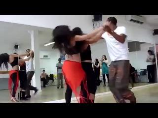Танец просто кайф ! Парень танцует с двумя девушками, просто шикарно