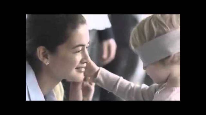 Sambil ditutup matanya, sekelompok anak diminta untuk menemukan ibunya.