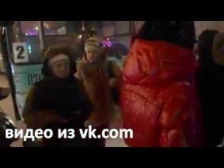 Пассажиров из сломавшегося автобуса высадили посреди Красноармейской площади в Череповце