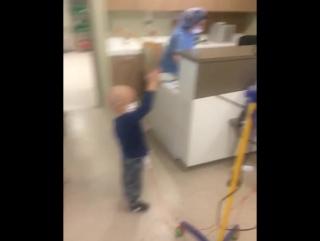 Так наш мальчик развлекает себя в больнице