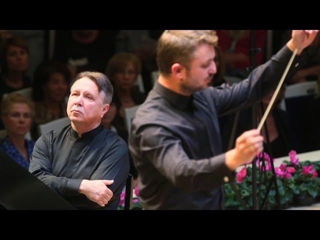 Mikhail Pletnev plays Mozart - Piano Concerto No. 8 (Moscow, 2014)