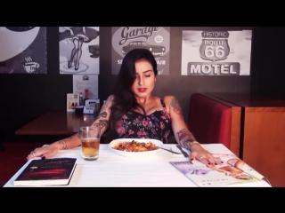 Парень под столом доводит телку до оргазма в ресторане - Orgasms in Public Restaurant - домашнее xxx порно секс porn sex full hd