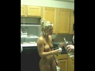 Любительское CMNF-видео  голая девушка обнимается с двумя одетыми парнями