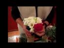 Технология создания букета круглой формы из роз, фрезий и лизиантусов.241