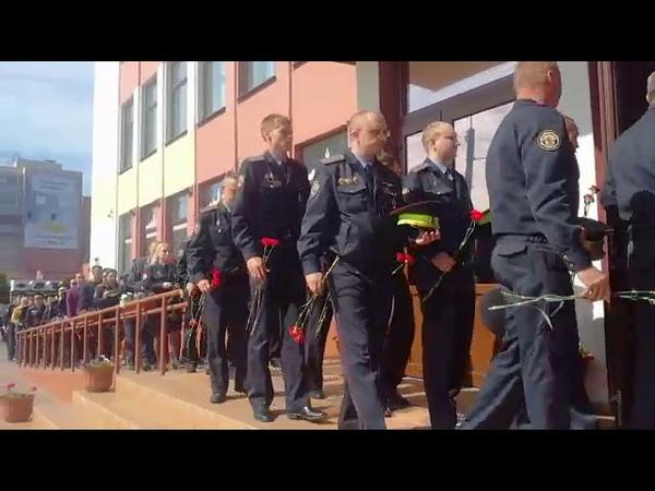 Десятки сотрудников милиции заходят в фойе филармонии чтобы проститься с Евгением Потаповичем