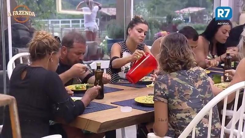 Novo Fabio Arruda Ié Ié corrige etiqueta de Minerato durante almoço