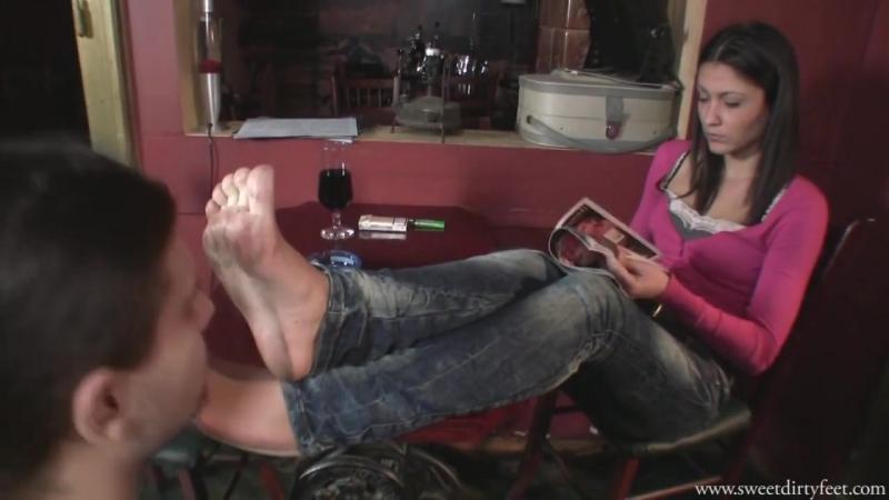 Наглая девушка заставила лизать свою подругу, как дома раздевают проституток