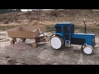 Cиний трактор МТЗ-82 с прицепом