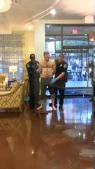 Policial leva a pior ao perceber que meliante estava armado