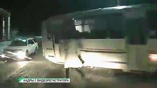 В Бийске водитель автобуса сбил женщину на пешеходном переходе (г., Бийское телевидение) (Barnaul22)