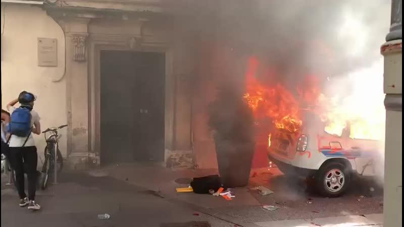 Direct 07 09 19 Vidéo Une voiture de la police municipale incendiée par des casseurs en bas de