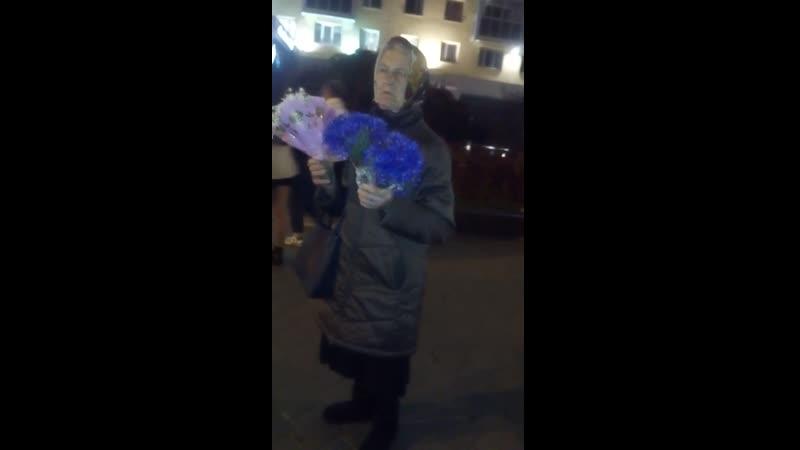 Бизнес-бабка Лаптик продаёт ромашки и васильки са свайго гародзику