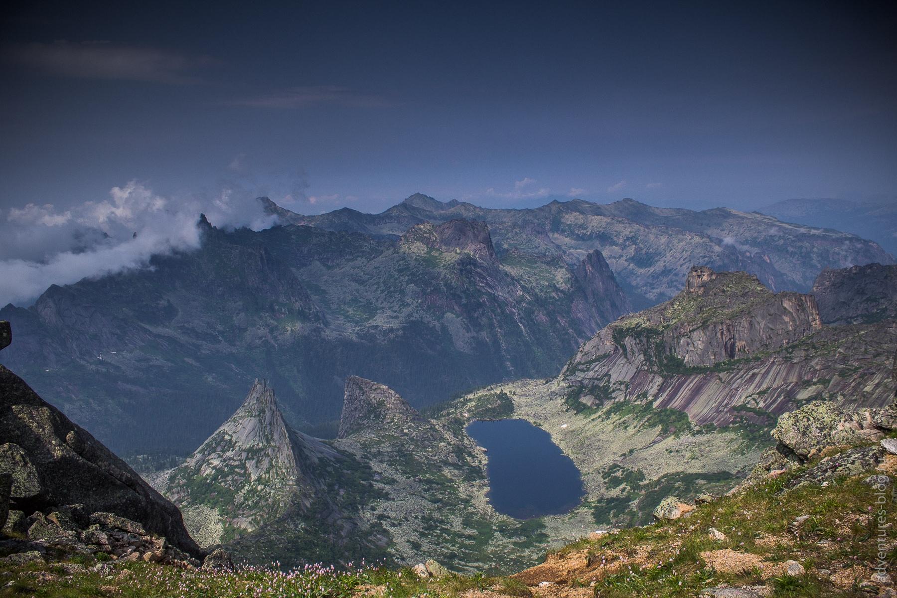 Вид с плеча Птицы на озеро Горных духов