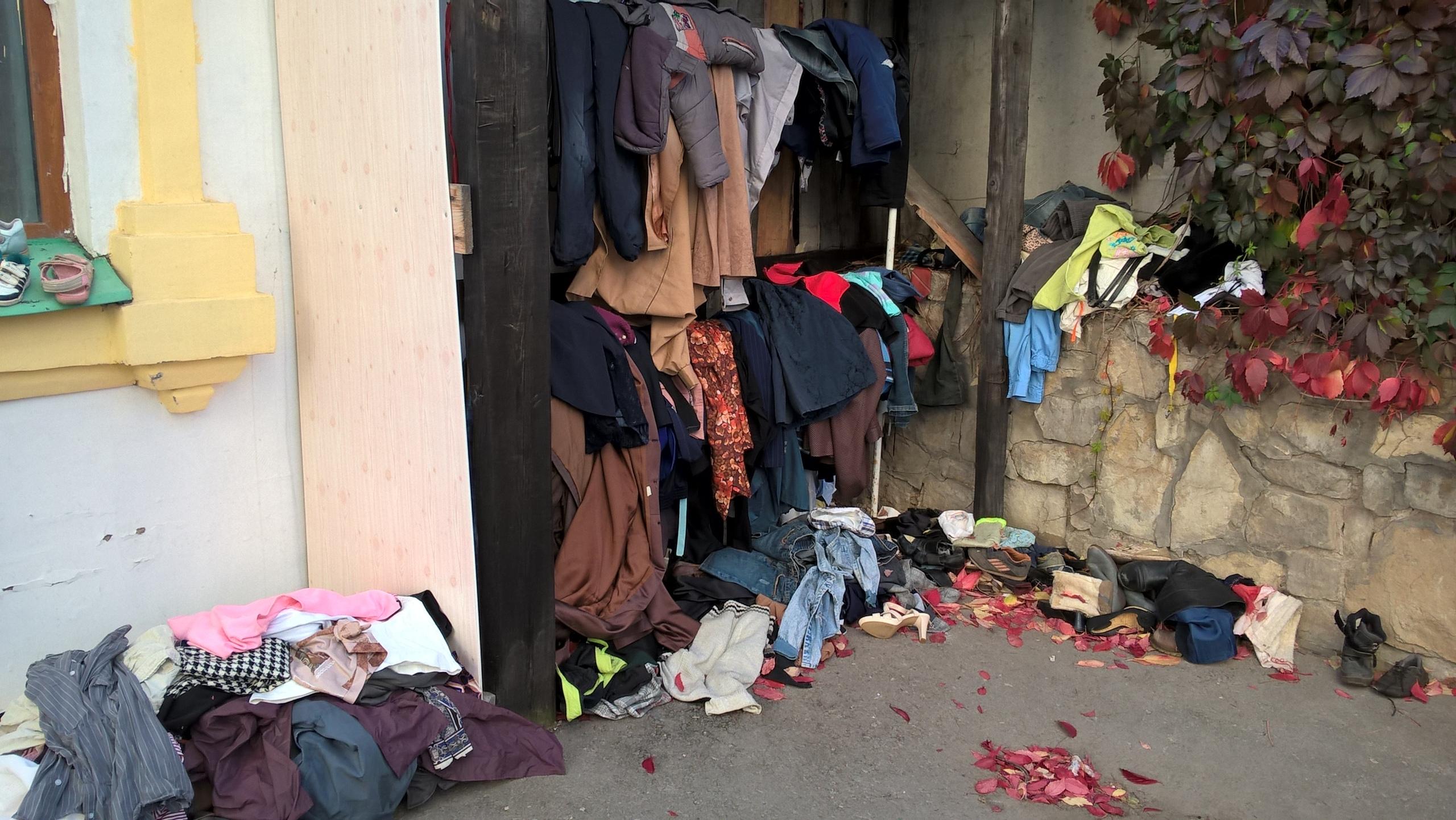 На территории церкви имеется этот мини-склад б/у одежды