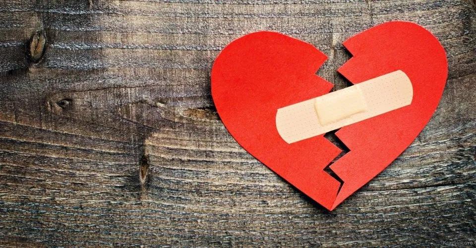 Колени чаще болят у упрямых, живот - у мнительных: 7 видов боли, которые напрямую связаны с нашими эмоциями