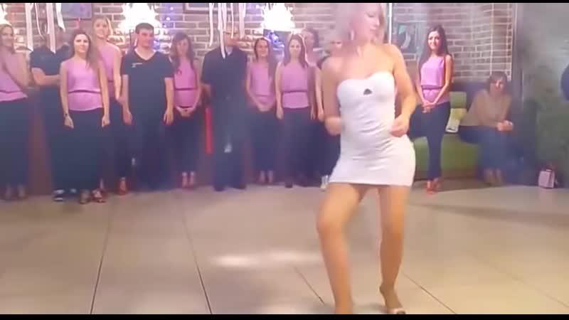Девушка классно танцует Супертанец девушки Весёлый танец девушки Зажигательно танцует девушка Дискотека Балканская музыка