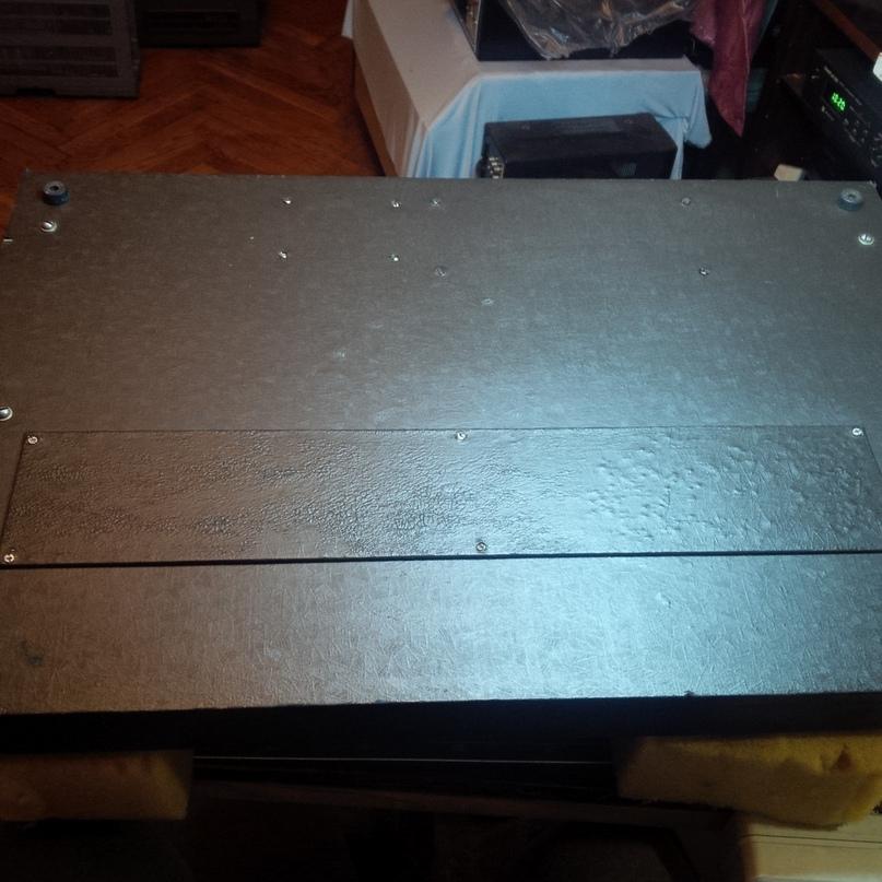 Защитная крышка отсека клавиатуры.