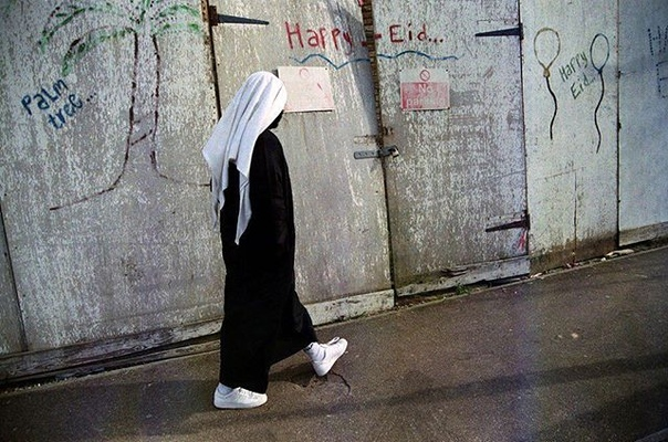 """Амира Королевская: Посланник Аллаха ﷺ говорил: «Глаза троих в Судный день не увидят Огня: Глаза, плакавшие из страха перед Аллахом; глаза того, кто был стражником на пути Аллаха, и глаза, которые потуплялись при виде запрещенного Аллахом»  Ибн 'Асакир в """"ат- Тарих"""" 1/297. Хадис хороший.  См. """"ас-Сильсиля ас-Сахиха"""" 2673."""