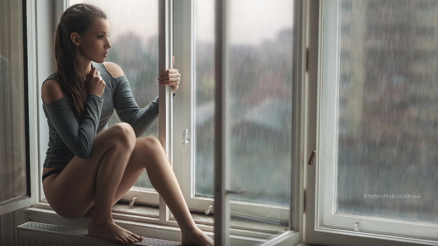 начале картинки сижу у окна дождь говорят