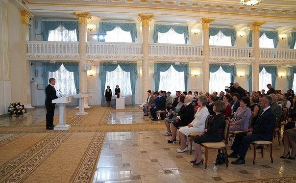 Радий Хәбиров Уҡытыусылар көнө айҡанлы дәүләт наградалары тапшырҙы
