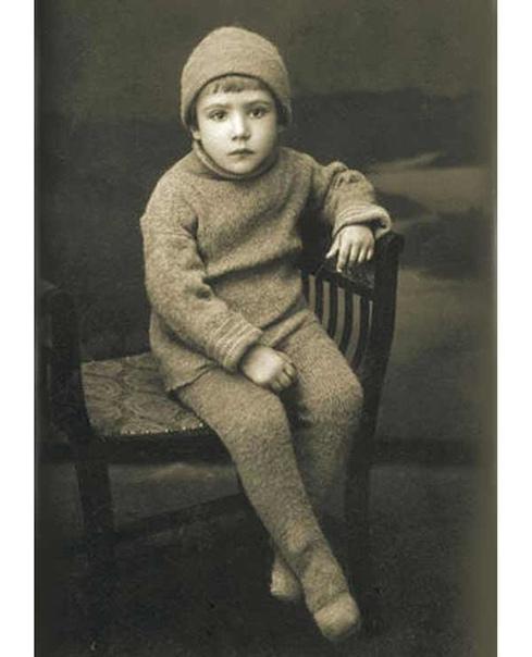 Не буду спрашивать, кто это Вряд ли угадаете Это Юрий Никулин в детстве Ваш любимый фильм с ним .Спасибо за и