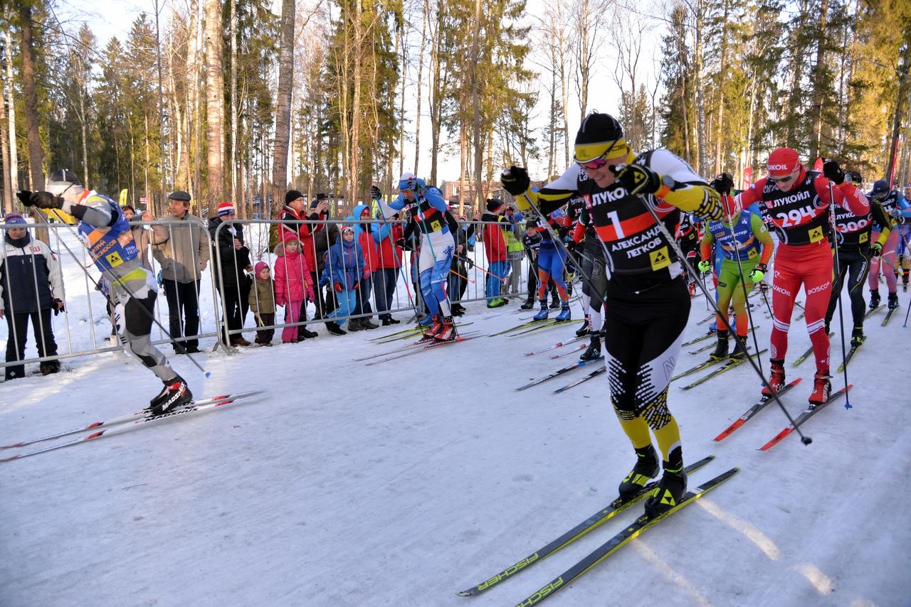 А это уже старт, с которого первым срывается местный пересветинский лыжник Дмитрий Плосконосов