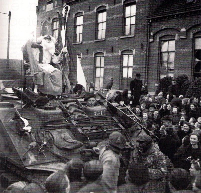 """""""Св. Николай"""" прибывает на """"Шермане"""" в местечко Rucphen, Нидерланды, 6 декабря 1944 года."""