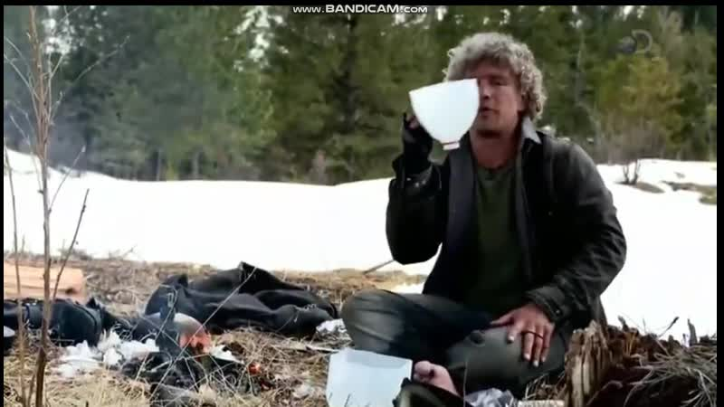 Аляска. Семья из леса. Мэтт варит кофе.
