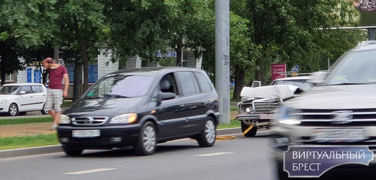 На спуске в Кобринского моста сегодня Mercedes въехал в столб