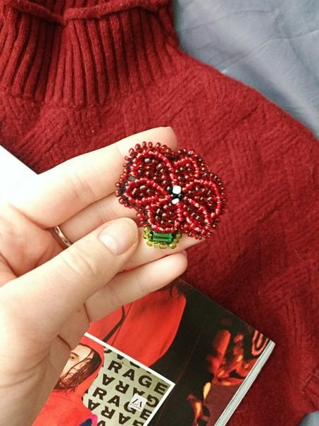 В зимнее время как никогда популярен насыщенный красный)) И брошки из бисера в виде Мака отлично впишутся в ваш новогодний образ. А видео поможет вам создать эту