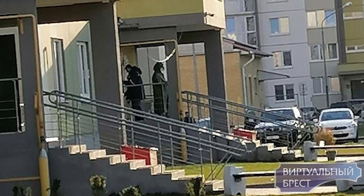 Вчера на Луцкой, сегодня на Суворова... Нам присылают фото людей в защитных костюмах