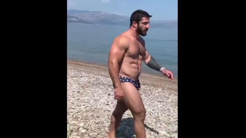 Спортивный мускулистый красавец